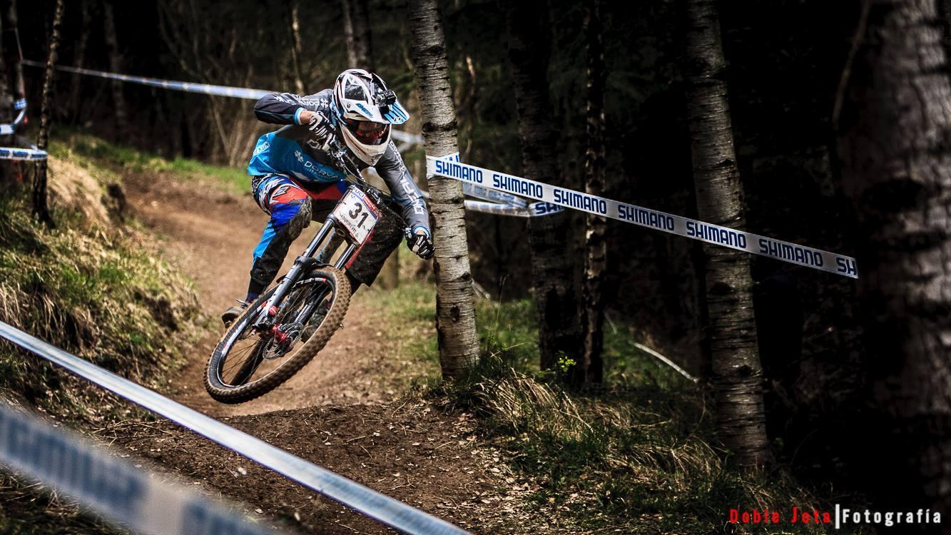 Rider tomando la curva en la prueba DHI World Cup Uci Mtb Lourdes. Procesada