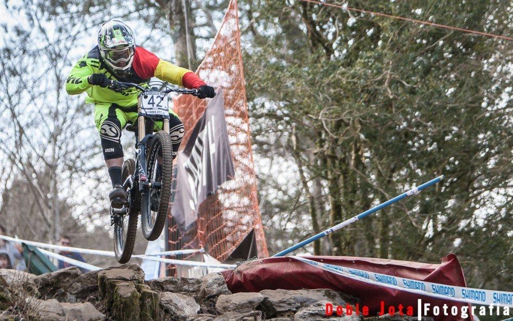 Toni Ferrero saltando