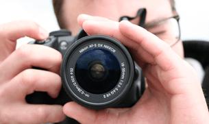 Consejos de fotografia deportiva: coger la cámara